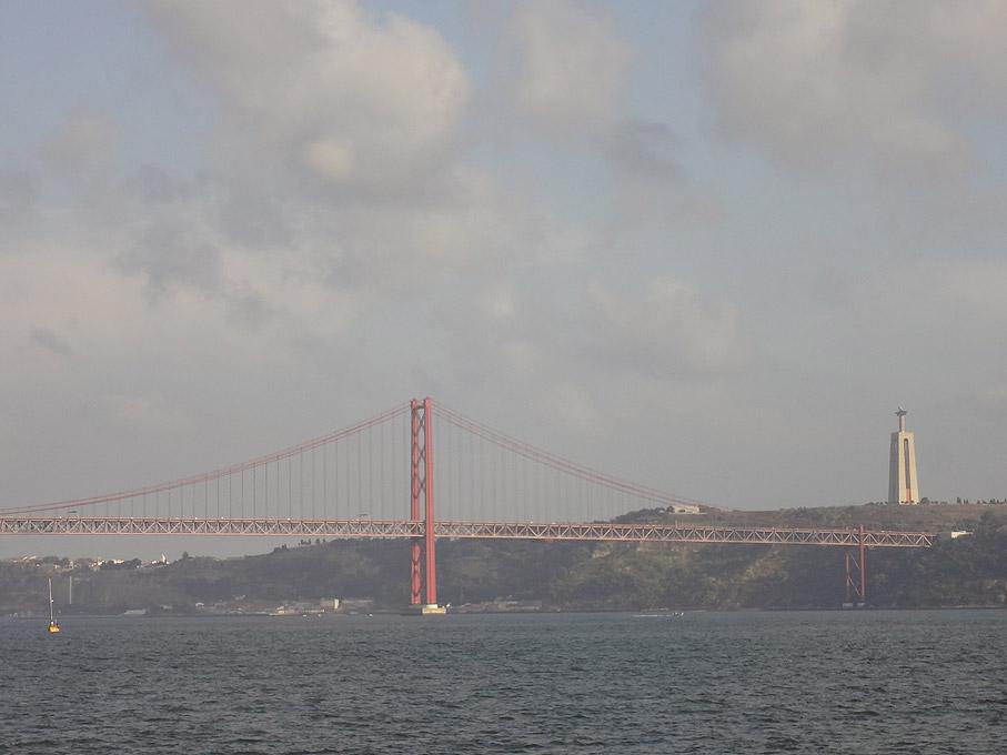 Fotografia Vista da Ponte 25 de Abril e do Cristo Rei desde Belém, Lisboa