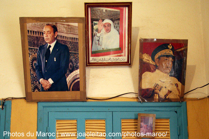 Photos des Rois Hassan II et Mohammed VI dans un htel de Bouizakarne