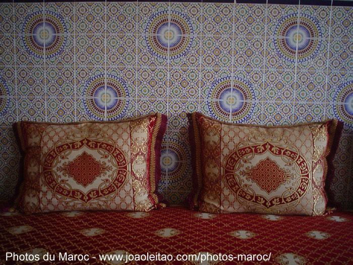 oreillers rouge dans un salon marocain marrakech - Canape Marocain Rouge