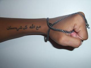 Tatuagem escrita em árabe no braço