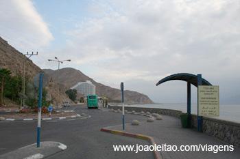 Paragem de táxis e autocarros na fronteira de Eilat em Israel