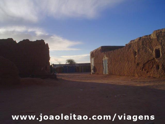 Bir Mogrein, rua e casas tradicionais