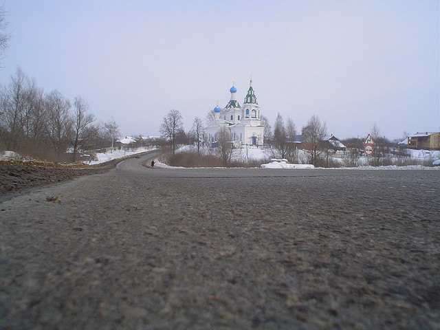 Estrada na Rússia com uma igreja ortodoxa