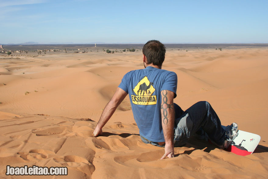 Eu fazendo sandboard nas Dunas de Erg Chebbi no sul de Marrocos
