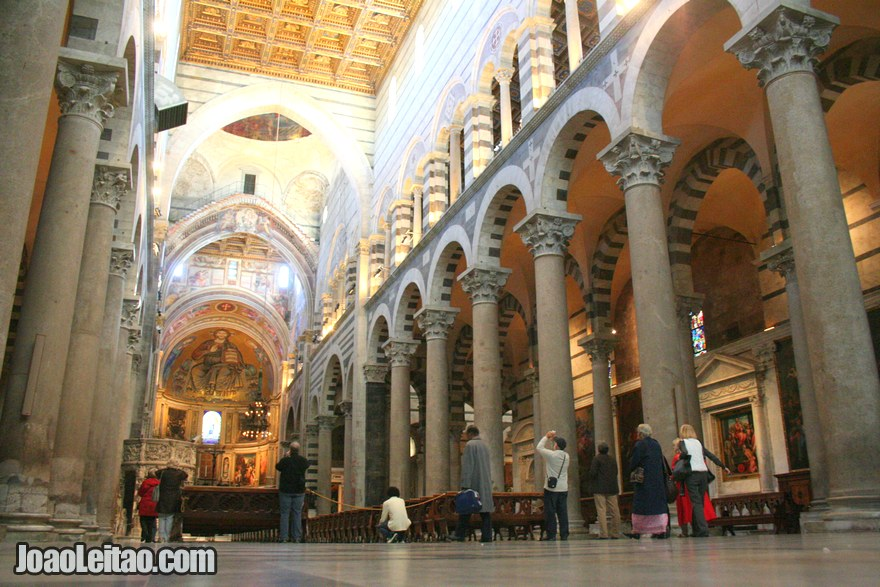 Foto do interior da Catedral de Pisa