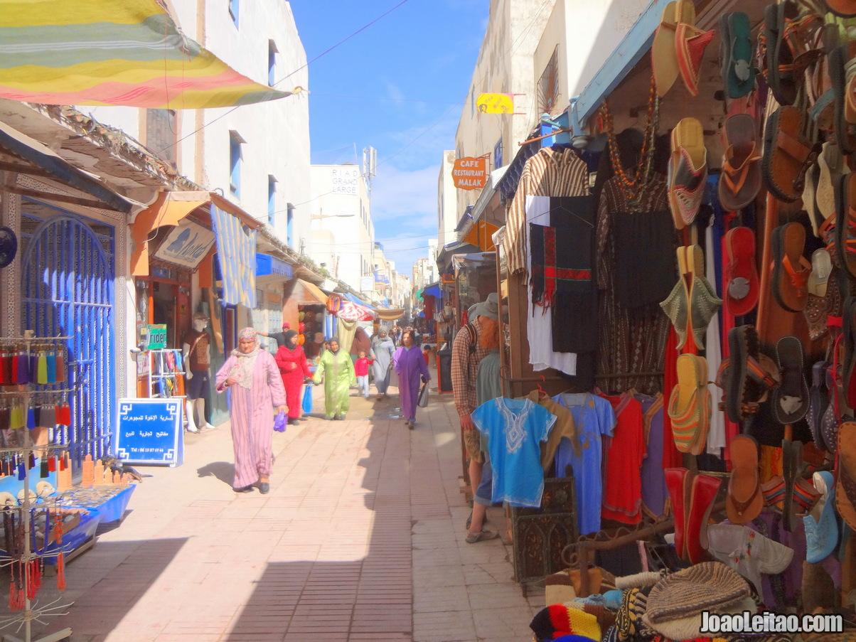 Rua com lojas na cidade de Essaouira em Marrocos