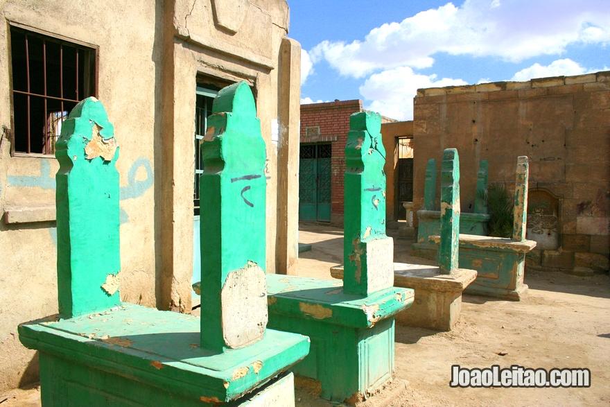 Campas coloridas na Cidade dos Mortos no Cairo