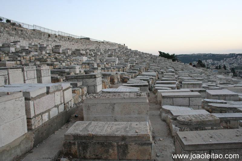 O cemiterio judaico no Monte das Oliveiras e o cemiterio mais antigo e mais importante em Jerusalem