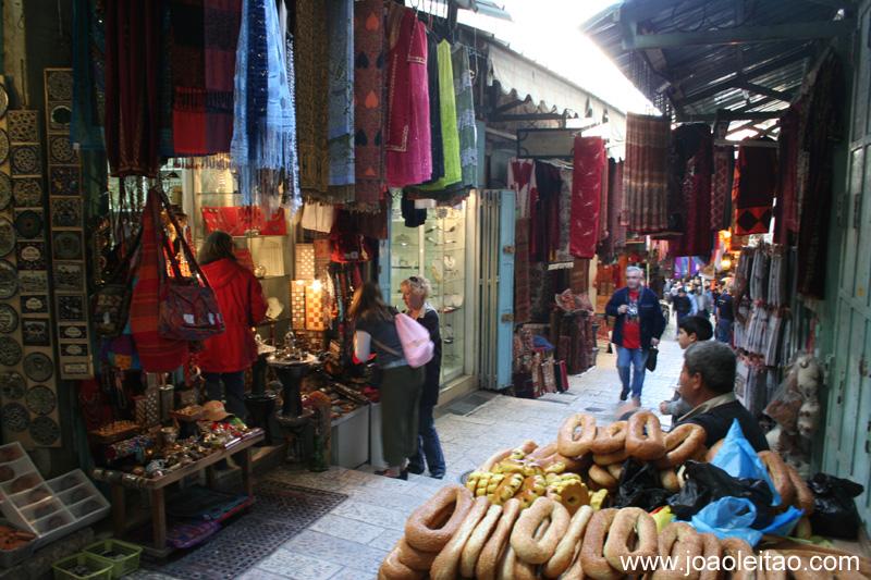 Ruas com lojas na parte antiga de Jerusalem