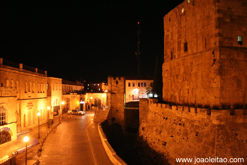 A sul do Portao de Jaffa ha a Torre de David, um dos marcos distintivos de Jerusalem