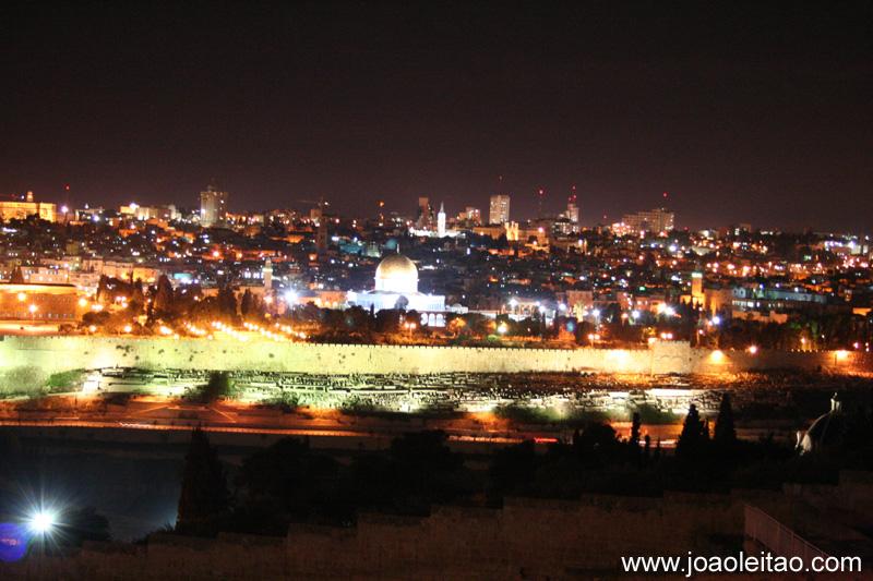 Uma visão geral da cidade antiga de Jerusalém, desde o Monte das Oliveiras. Veja o Cúpula da Rocha e por trás dele, a Igreja do Santo Sepulcro, construída sobre o túmulo de Cristo