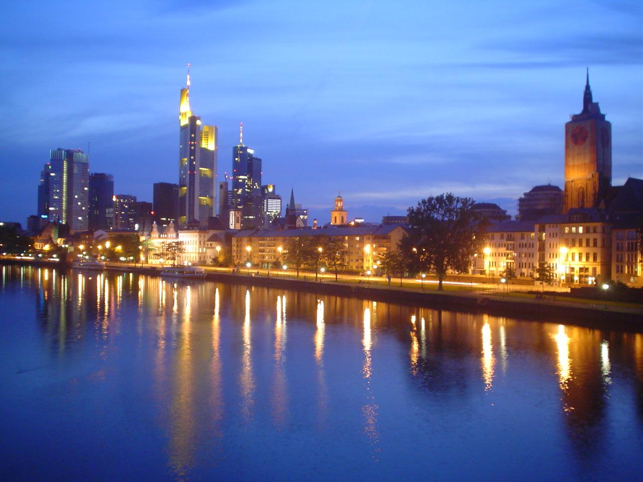Vista de Frankfurt e do rio com a skyline e os arranha céus, Alemanha