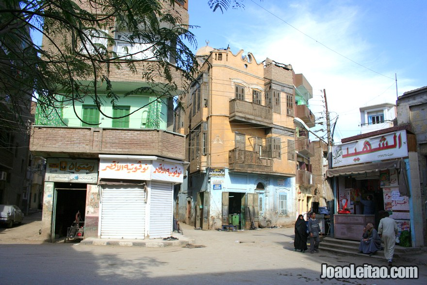 Casas na cidade nova de Luxor perto do Templo de Karnak