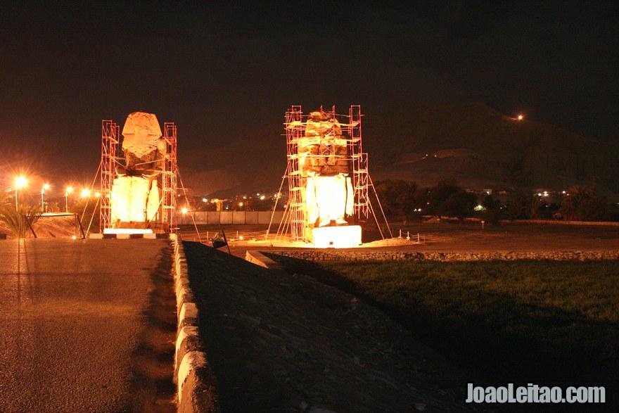 Colossos de Mêmnon à noite