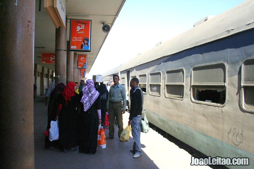 Estação de comboio em Assuão no Egito