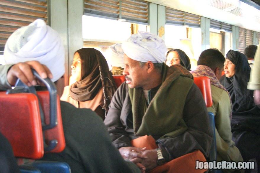 Passageiros no comboio de Aswan até Luxor
