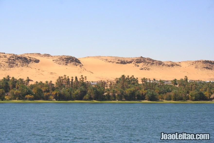 Paisagem de dunas e rio do comboio Cairo Luxor Aswan