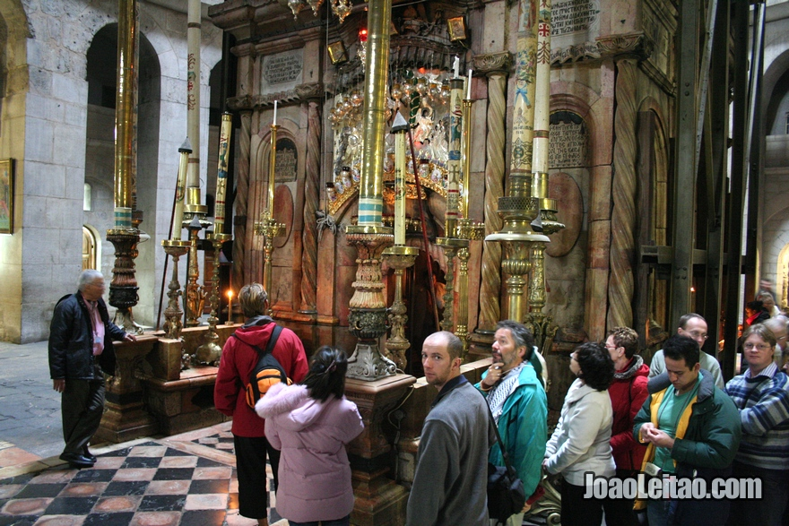 Dessa capela dá pra se observar uma parte da pedra que está dentro do santo sepulcro.