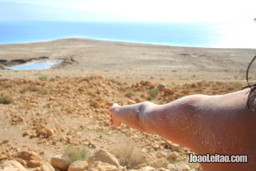 Sal que fica pegado na pele depois de banhar no Mar Morto em Israel