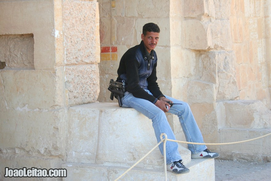Polícia com metralhadora no Templo de Hatshepsut