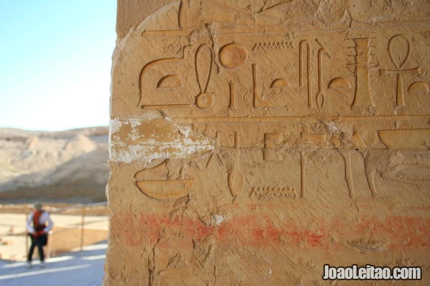 Hieróglifos na parede do Templo de Hatshepsut