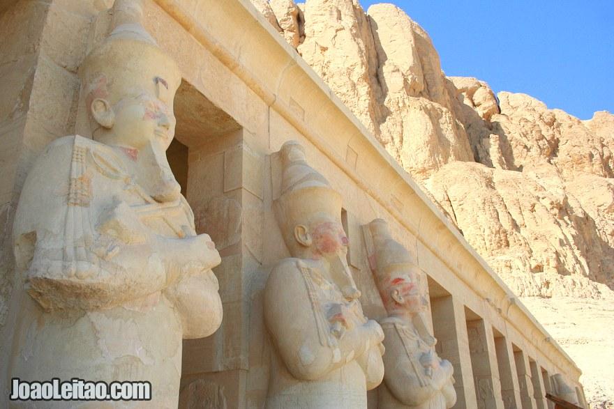 Várias esculturas com a representação da Rainha Hatshepsut