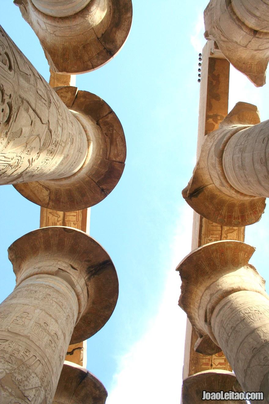 Foto de colunas no Templo de Karnak
