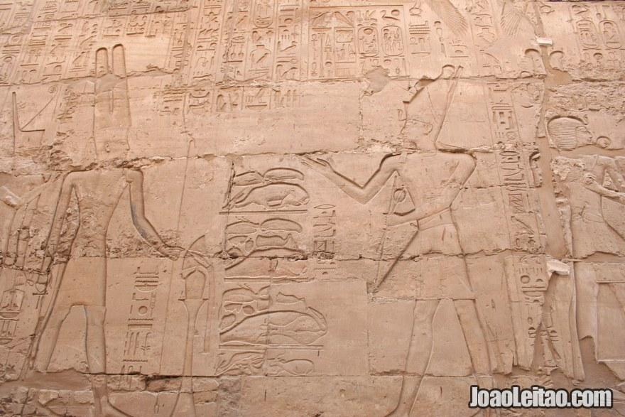 Inscrições nas paredes do Templo de Karnak
