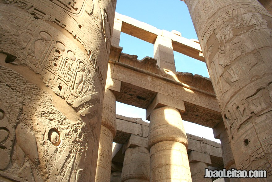 Foto de colunas com hieróglifos no Templo de Karnak