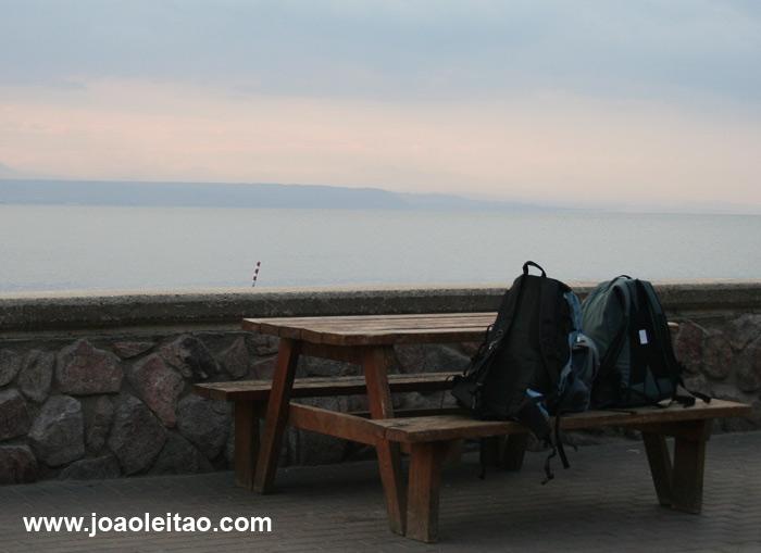 Mochilas num banco na fronteira de Israel e Egipto com vista para o Mar Vermelho