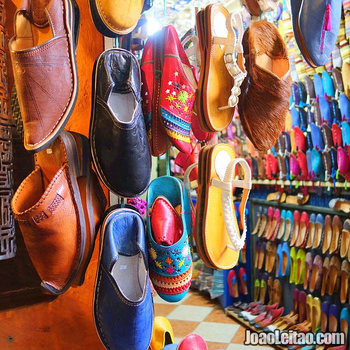 Rua com lojas no mercado de Marraquexe