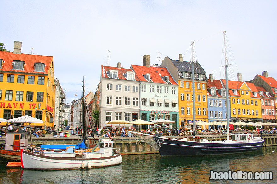 Barcos num canal no centro de Copenhaga, Visitar a Dinamarca