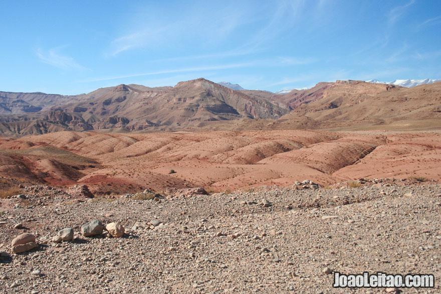 Montanhas desérticas com neve em Ouarzazate