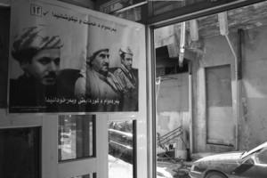 Cartaz de propaganda política numa loja em Dohuk