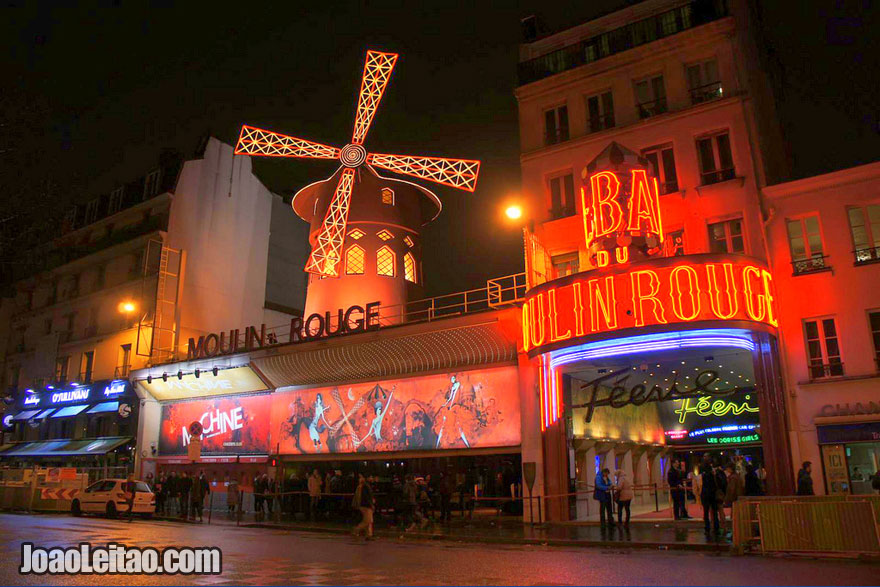 A entrada da cabaré Moulin Rouge em Paris