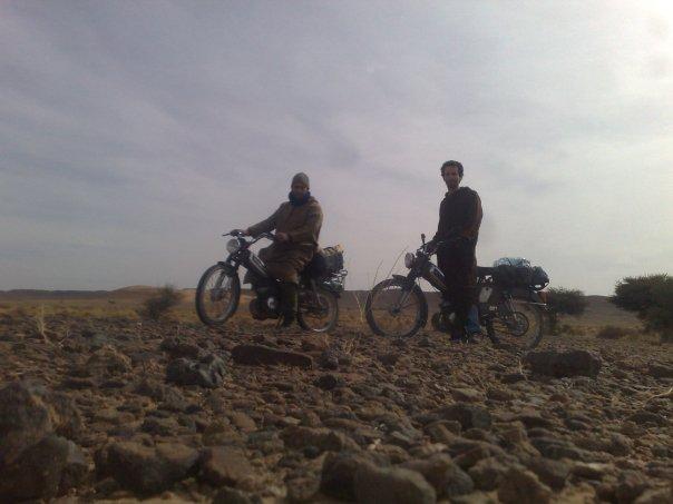 David Samuel Santos e João Leitão de mota no Deserto do Saara junto à fronteira da Argélia