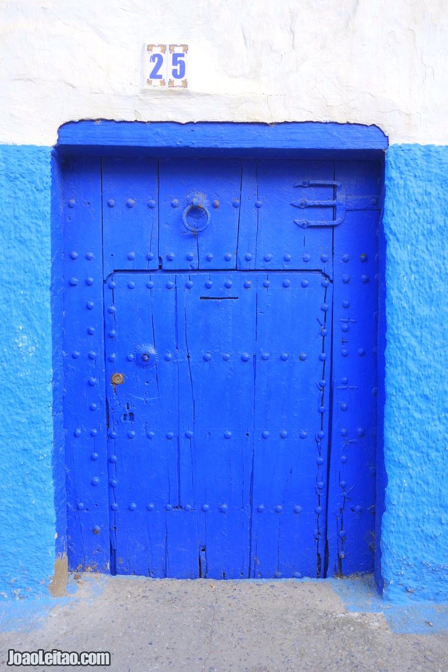 Foto de porta azul no Casbá de Oudaias