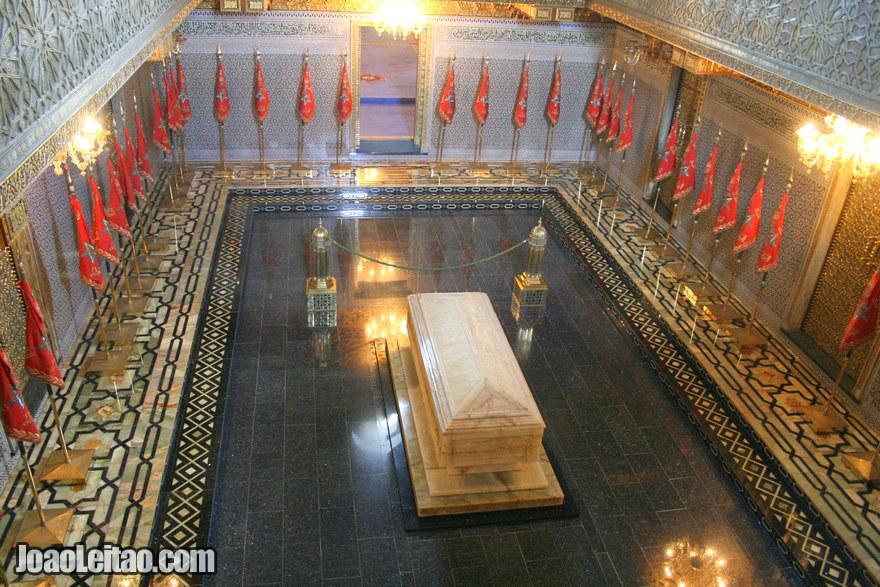 Foto do interior do Mausoléu Mohammed V com os túmulos dos reis