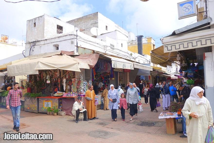 Foto das ruas com lojas na Medina