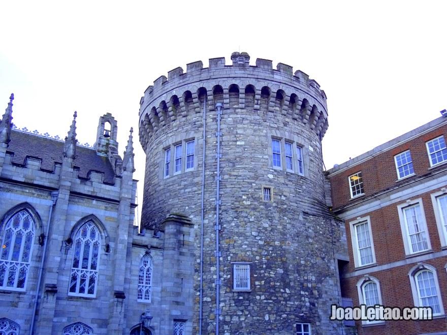 Foto da Torre dos Registos construída em 1228, a única torre do castelo medieval