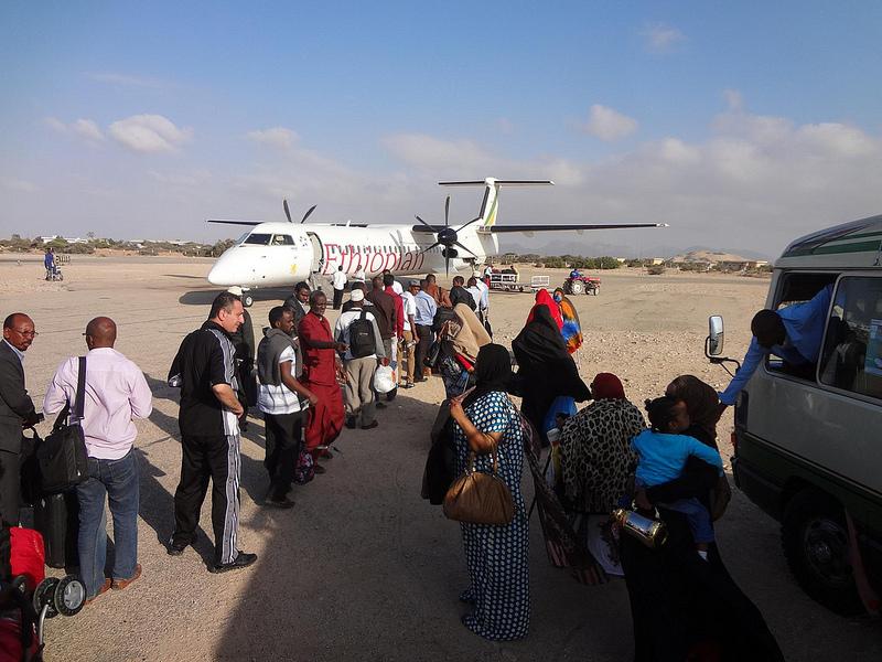 Embarque no avião da Ethiopian Airlines no Aeroporto de Berbera na Somalia