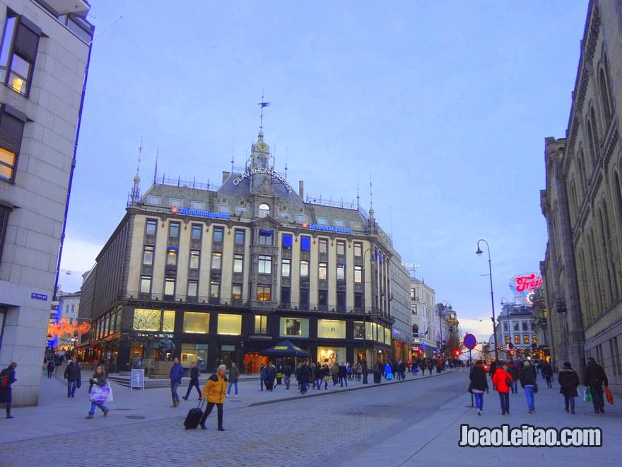 Foto da Rua Karl Johans gate em Oslo