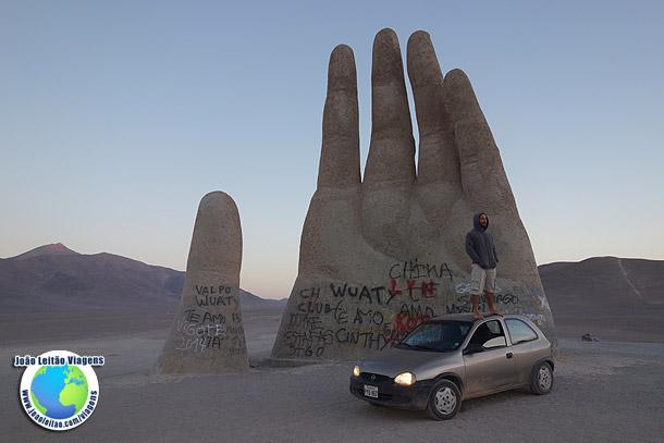 Escultura Mano del Desierto no Deserto de Atacama Chile