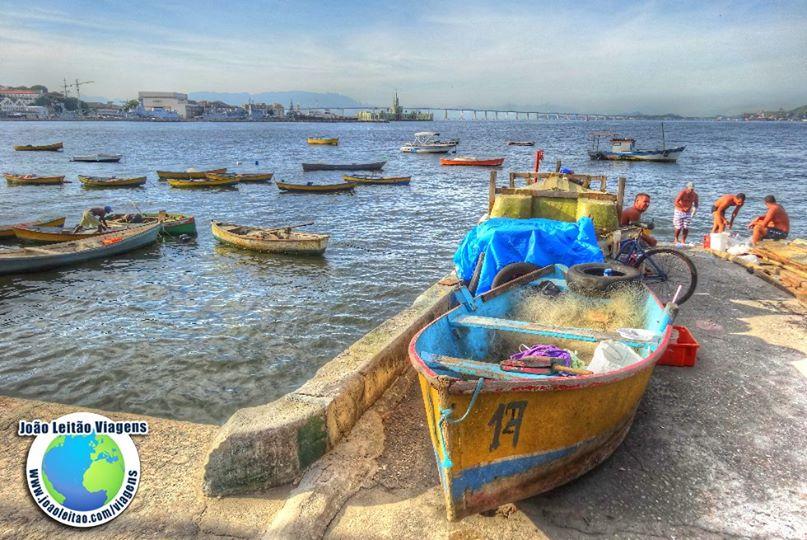 Barco de pesca na Baía de Guanabara, Rio de Janeiro, Brasil