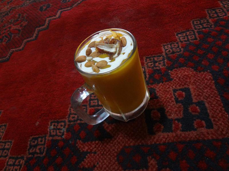 Fotografia de Bebida de fruta com frutos secos. Batido de manga comprado em Balkh no Afeganistão