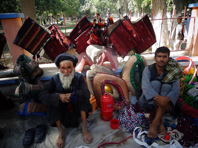 Fotografia de Homens Afegãos a vender coisas no centro da cidade de Balkh no Afeganistão
