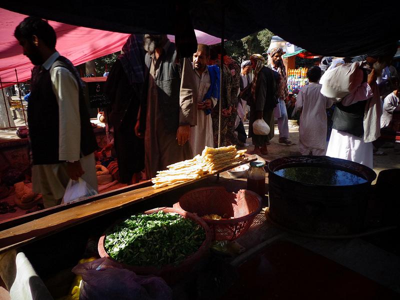 Fotografia do mercado no centro da cidade de Balkh no Afeganistão