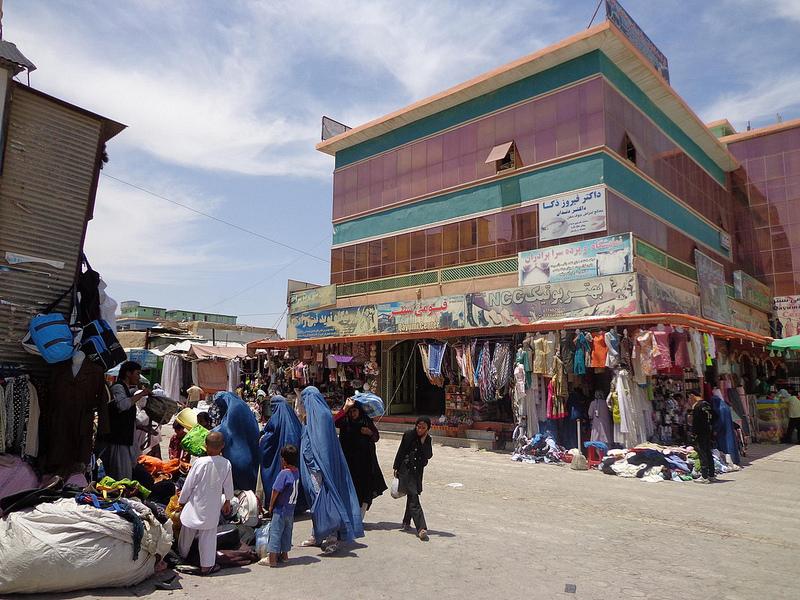 Fotografia do mercado em Mazar-e Sharif no Afeganistão