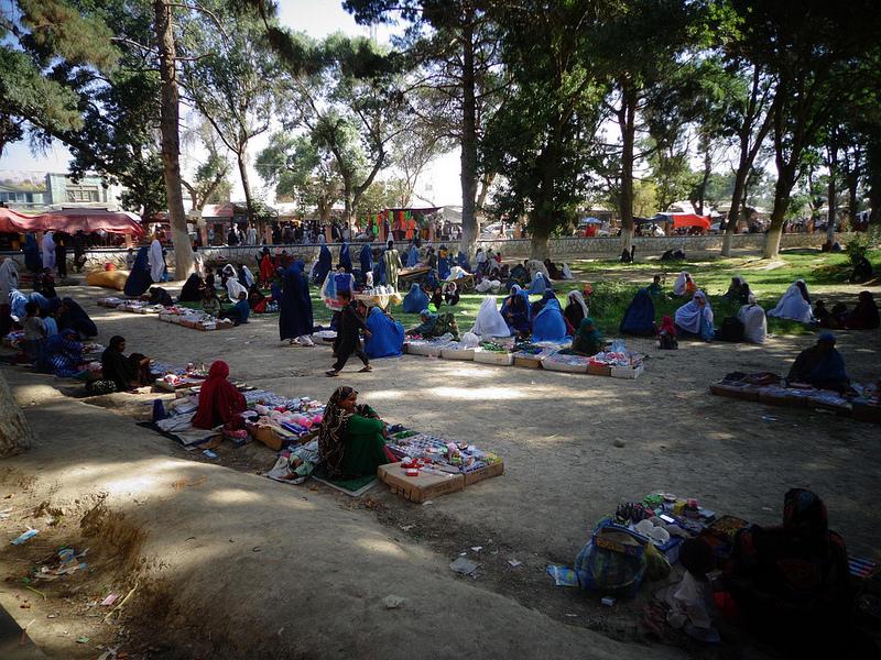 Fotografia mulheres no jardim central de Balkh no Afeganistão