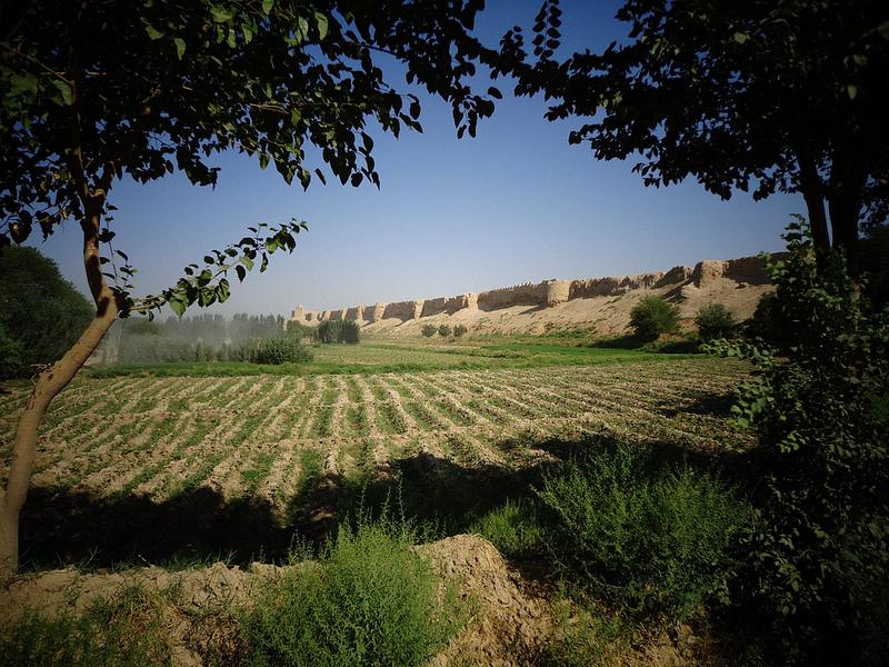 Fotografia das muralhas exteriores da cidade antiga de Balkh no Afeganistão
